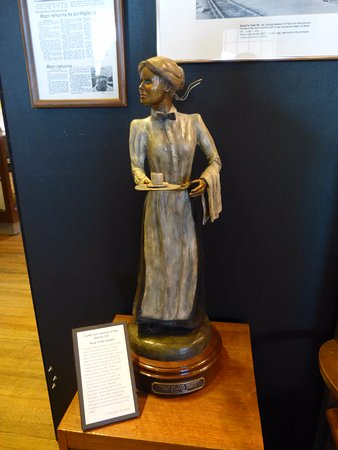 Belen, NM: A statue depicting a Harvey Girl