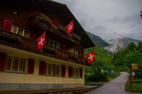 Stechelberg, Suiza: Building separate from restaurant and other half of the hotel.