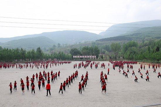 Денгфен, Китай: Shaolin trainees practicine on the field