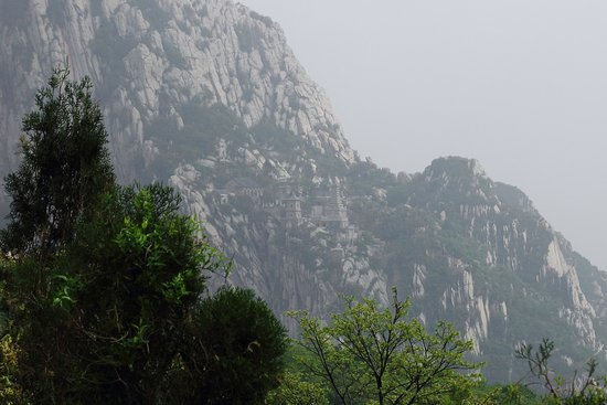 Dengfeng, จีน: Mount Song, another temple a hike along the mountain.
