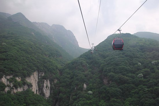 Dengfeng, จีน: Cable car up to one of the peaks of Mt. Song.