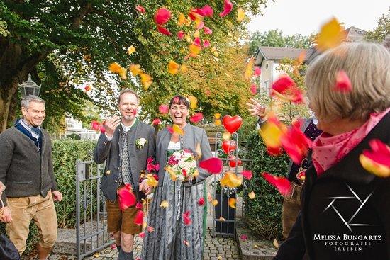 Pullach im Isartal, Almanya: ein herzlicher gut geplanter Empfang in der alten Brennerei