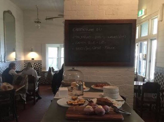 Kyneton, Australia: Simple bistro interior