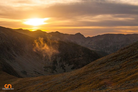 Petrosani, Romanya: a lovely sunset over the parang mountains romania