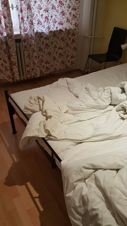 Hostel Mojo: Bed was not made when we arrived the first night. Someone elses sheets...great!