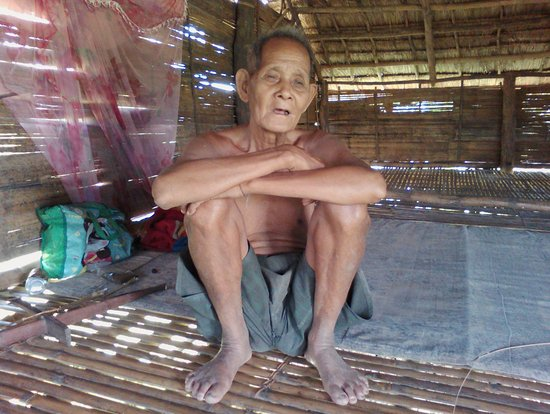 Banlung, Camboya: Mr Tao 80 year old villager in Koh Pong