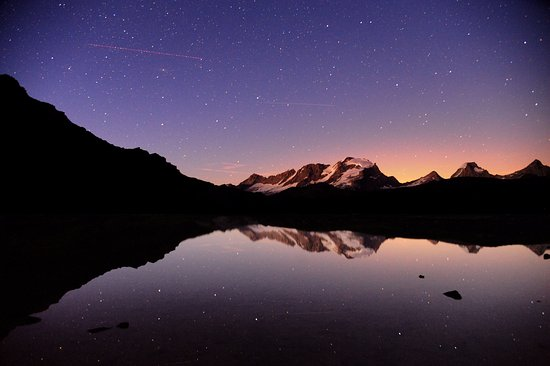 Valsavarenche, Italien: Il Gran Paradiso riflesso in uno dei laghi sopra il rifugio