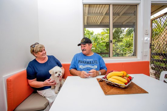 Helensvale, Australien: Book ahead for our dog friendly cabins
