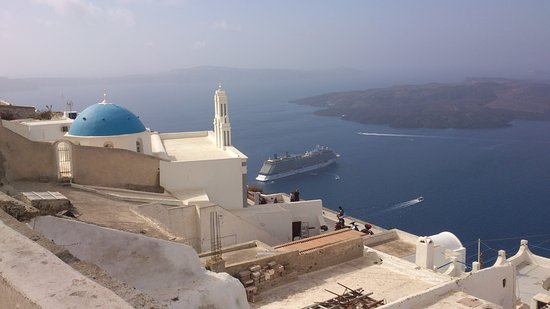 Karterádhos, Yunani: Classic view from Santorini with our cruise ship in background