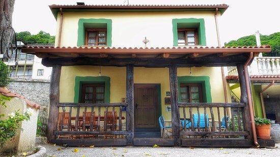 Cangas del Narcea, Spagna: Porche en la fachada principal con vistas a los viñedos