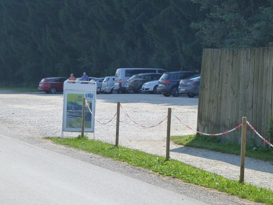 Rosegg, Austria: Ample parking spaces