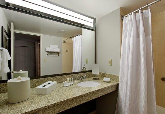 Lyndhurst, Нью-Джерси: Guest Bathroom