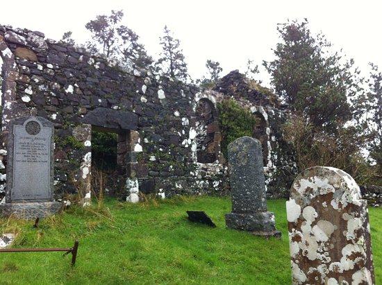 Acharacle, UK: ruderi di un'antica chiesa vicino alla casa dentro la proprietà