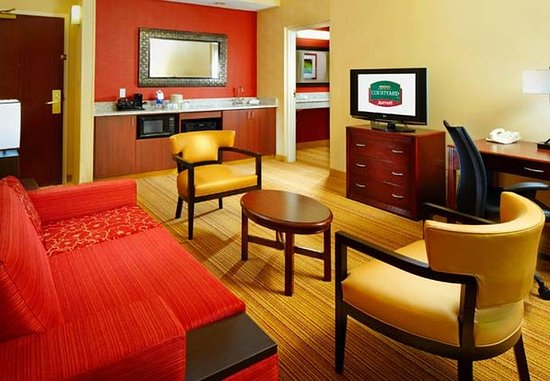 Willoughby, OH: King Suite