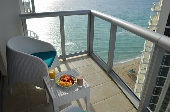 Sunny Isles Beach, فلوريدا: Вид с балкона 23 этажа на океан