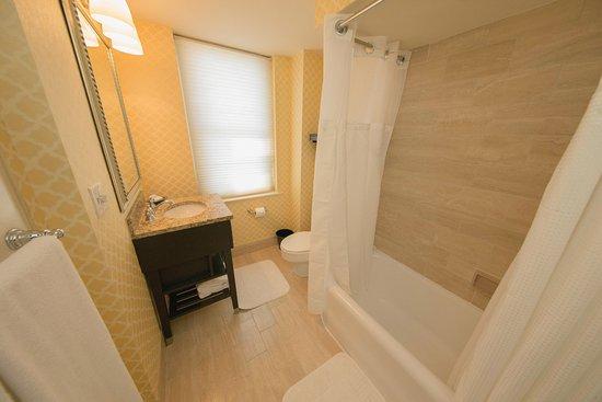 Omni Shoreham Hotel: Deluxe King Bathroom