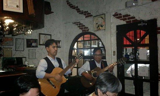 Casa Armas: serenading you while you enjoy the food