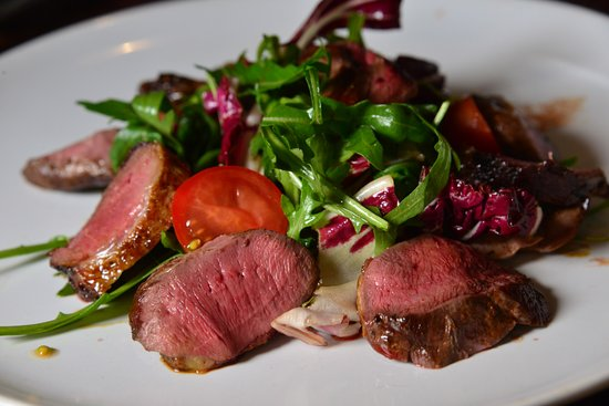Epping, UK: Delisious pigeon breast salad with honey & apple balsamic glaze