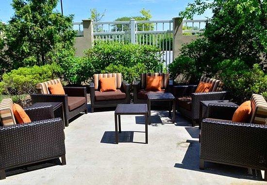 Courtyard Winchester Medical Center: Outdoor Patio