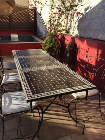 Riad Badi: Roof terrace tables