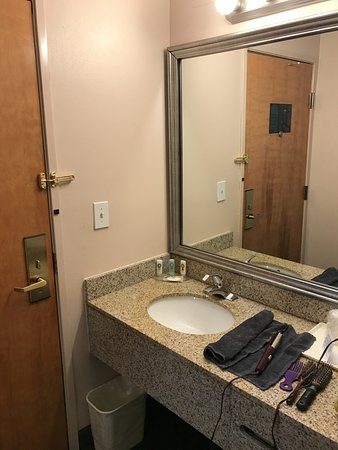 Quality Inn : Immediately entering the room you are IN the bathroom area