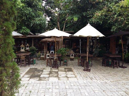 San Kamphaeng, Thailand: Outdoor dining area