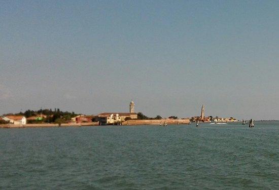 Lido di Venezia, Włochy: Anfahrt auf Murano, typisch: der Schiefe Turm rechts