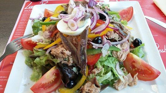 Cogolin, France: Salade nicoise geante