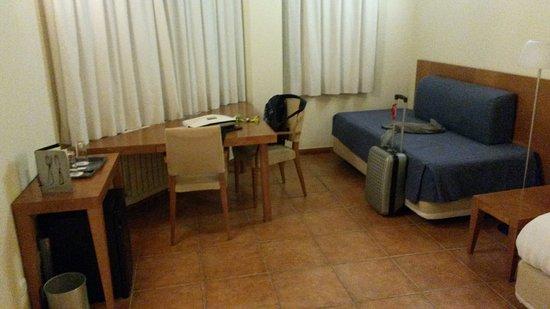 Sispony, Andorra: Mesa de escritorio y sofá.