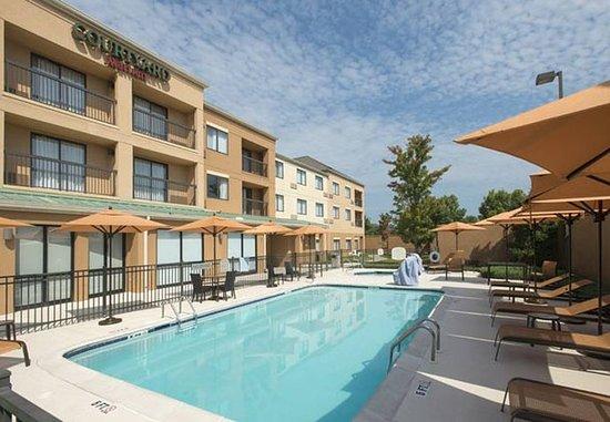 Prattville, AL : Outdoor Pool & Whirlpool