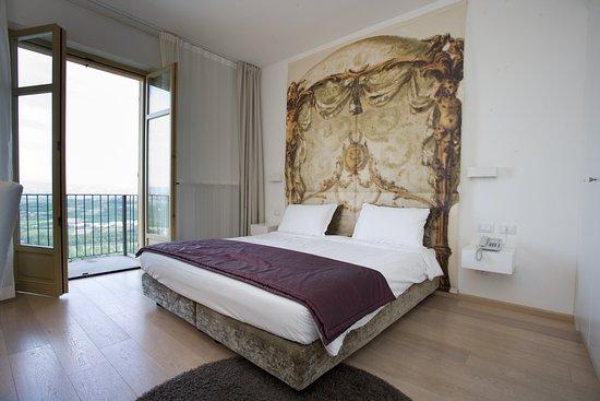 Santa Vittoria d'Alba, Italia: Doppia con balcone e vista panoramica