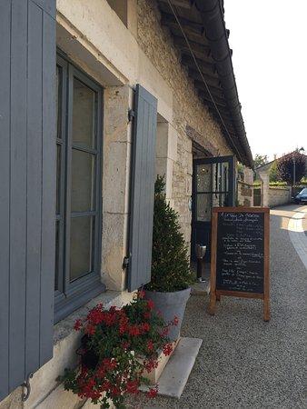 Colombey-les-deux-Eglises, Francia: Menu du jour affiché à l'extérieur devant la Table du Général