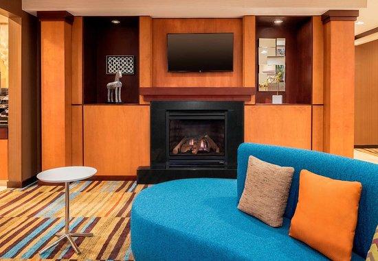 Stevens Point, WI: Lobby Fireplace