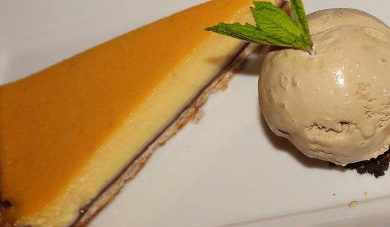 Corbridge, UK: Orange and passionfruit tart, gingerbread ice cream