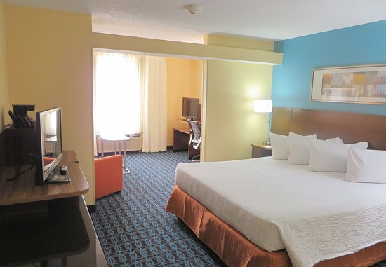 Saint Charles, MO: King Suite Sleeping Area