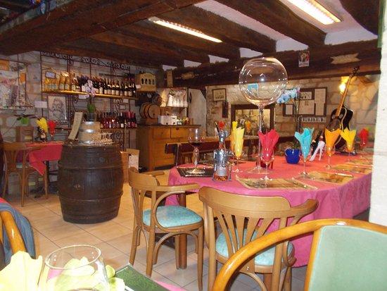 Chinon, Francia: Colorful interior