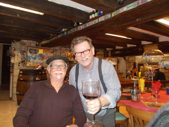 Chinon, Francia: A toast to the group...