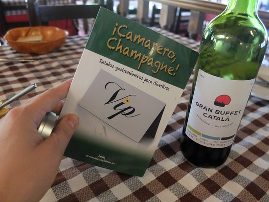 Torrent, Spanien: El vino tiene etiqueta personalizada, es un detalle de cariño. ¡Y yo dejé mi libro! degourmetago