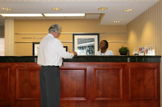 Hampton Inn Charleston - Downtown: Front Desk