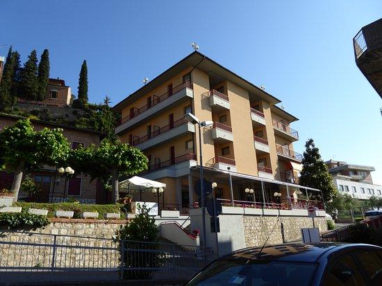 Hotel Santa Caterina : Liegt am Ende einer Stichstraße, Bild vom Hotelparkplatz aufgenommen.