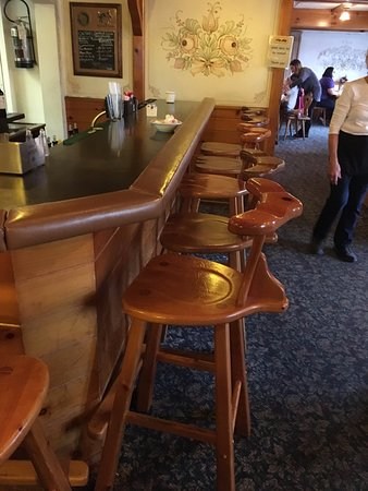 New Glarus, WI: The restaurant bar. Unusual seats. I was told to turn them around and sit leaning on the back.