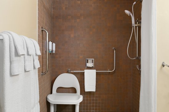 Travelodge Barrie On Bayfield : Accessible Bathroom