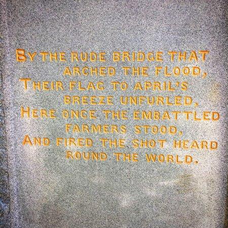 Concord, Μασαχουσέτη: Statue writing