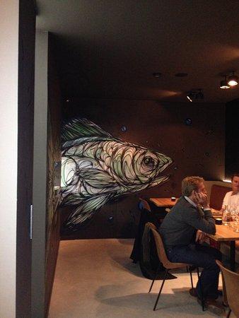 Toilet? Achter de vis.
