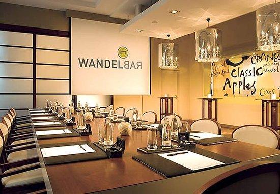 Berlin Marriott Hotel: Wandelbar - The Changeable Room