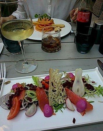 Eygalieres, فرنسا: salade copieuse et soignée, ainsi qu'une entrée retravaillée pour une végétarienne, que de la sa