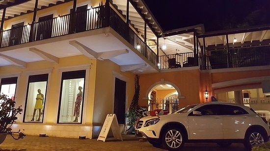 Holetown, Barbados: Бутики-бутики и выставочное авто