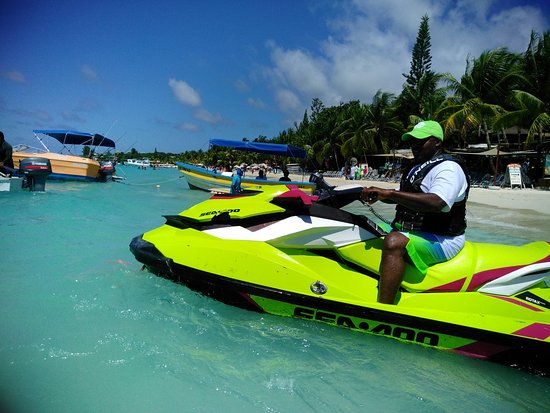 Coxen Hole, Honduras: Riding a jet ski (Paradise Beach)