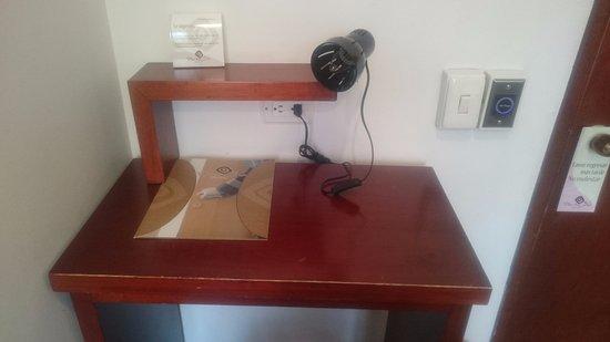 Hotel Plaza 36: escritorio de trabajo aunque sin silla :/
