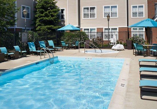 Waukegan, IL: Outdoor Pool & Whirlpool